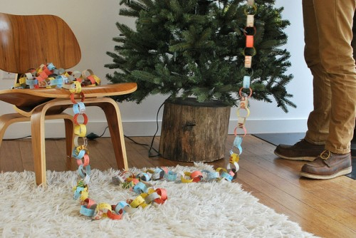 weihnachtsbaum baumstumpf girlande selbst gemacht weich hell teppich