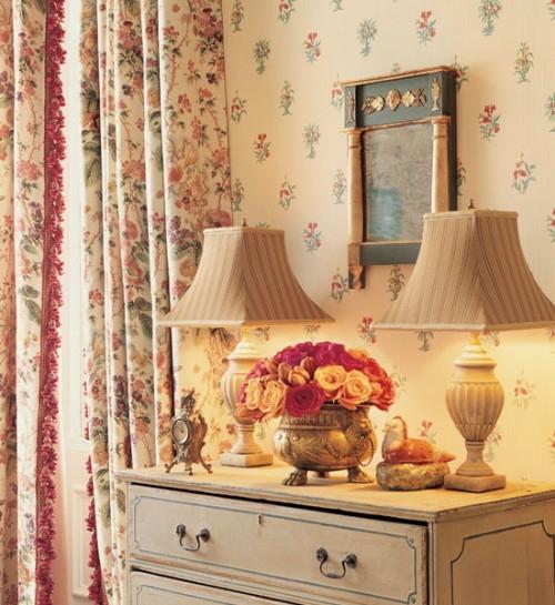 wickelkommode-altmodisch-floral-motive-vorhänge-tischlampe-klassisch-stil