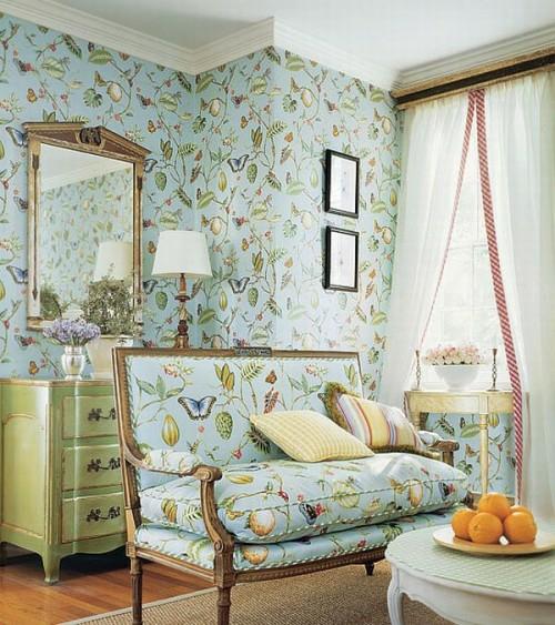 wohnzimmer französisch stil rustikal ländlich blau hell wände couch wickelkommode-spiegel