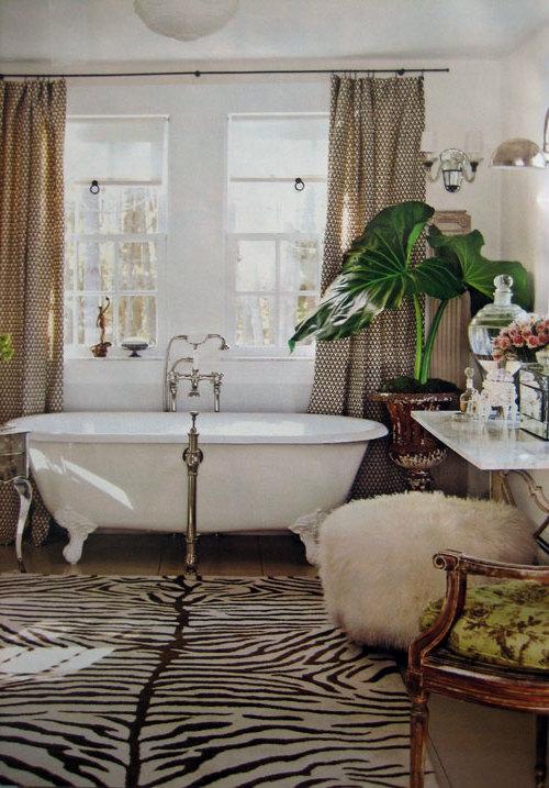 stilvolles Zebrastreifen-Design bad badewanne teppich plüschhocker extravagant