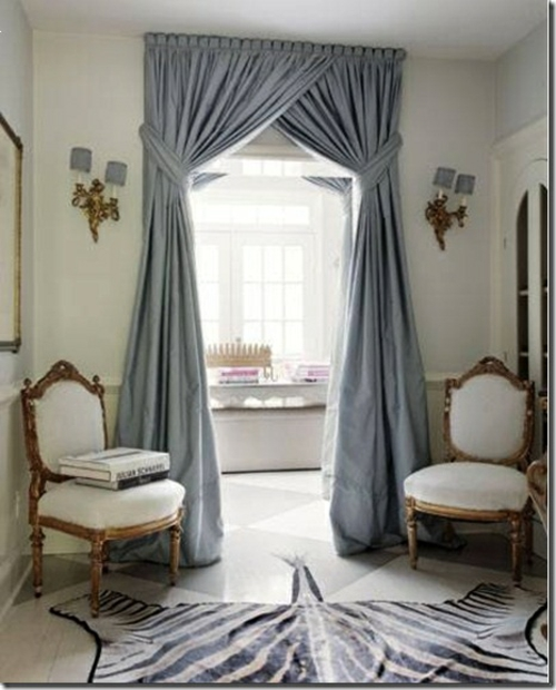 stilvolles Zebrastreifen-Design wohnzimmer altmodisch barockstil weiß stühle vorhänge