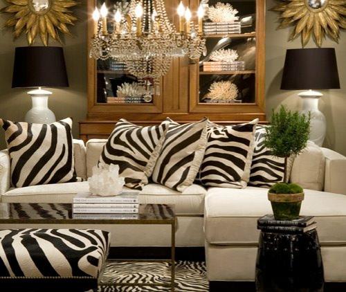 zebra wohnzimmer:stilvolles Zebrastreifen-Design klassisch kronleuchter kissen stilvoll