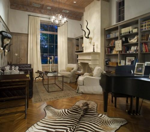 zebra wohnzimmer:Übergroßes Himmelbett im Schlafzimmer, das sich mit dem Wohnbereich