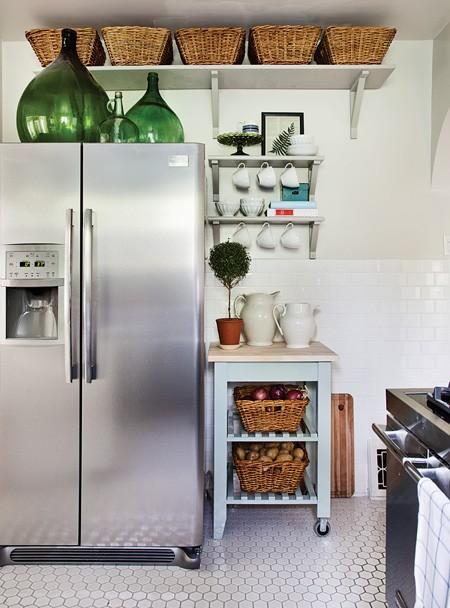 Flaschen im innendesign küche mit kühlschrank
