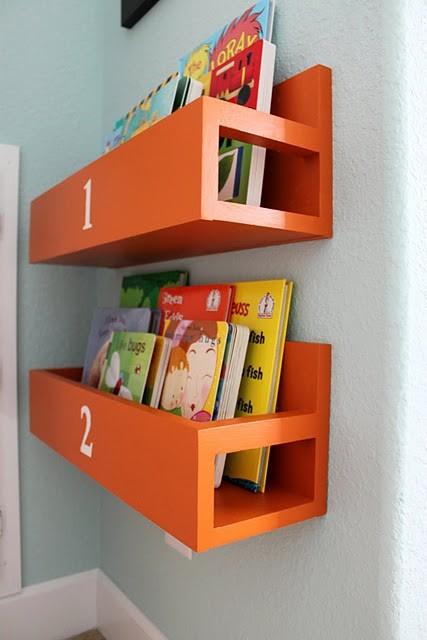 Coole Ideen Organisation von Kinderbüchereien Spielplatz orange Regale
