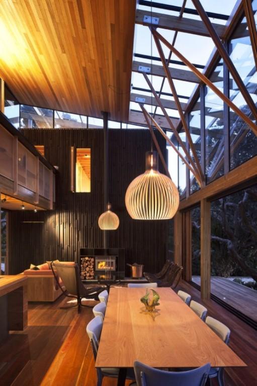 Dunkle gemütliche Wohnzimmer-Interieurs Kamin Esstisch
