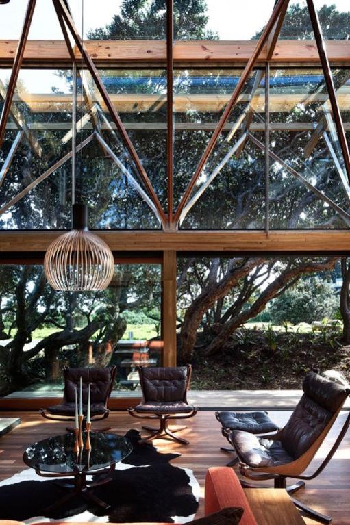Dunkle gemütliche Wohnzimmer-Interieurs Sessel Lampe