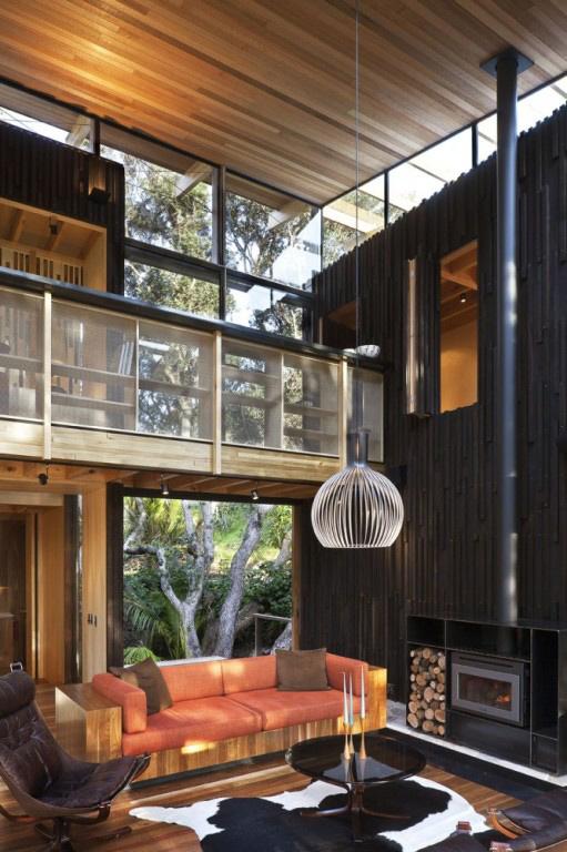 Dunkle gemütliche Wohnzimmer-Interieurs Sofa Kamin