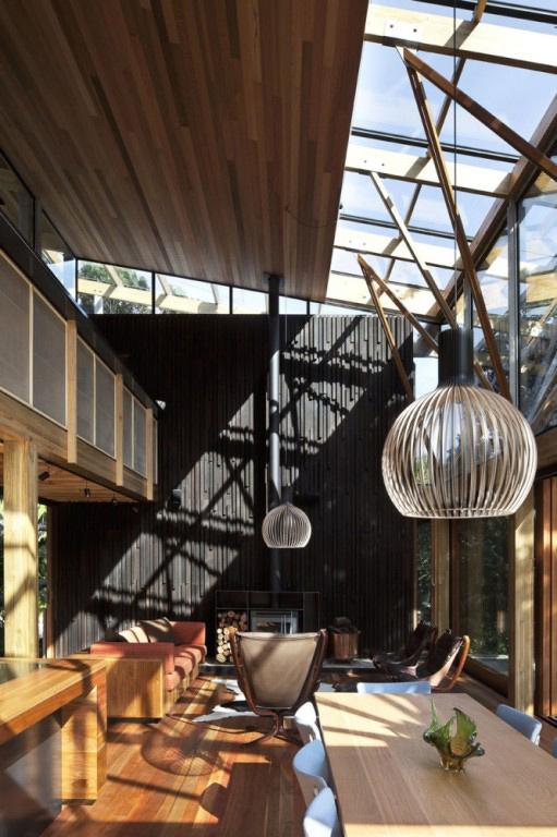 Dunkle gemütliche Wohnzimmer-Interieurs holz Esstisch