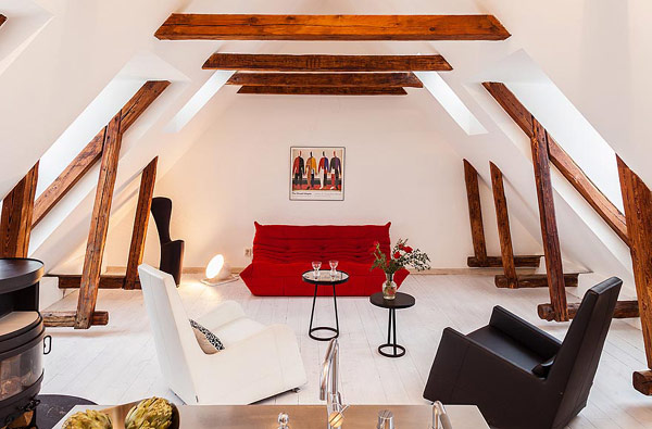 Dynamische Maisonette Stockholm-Gamla Stan rotes Sofa