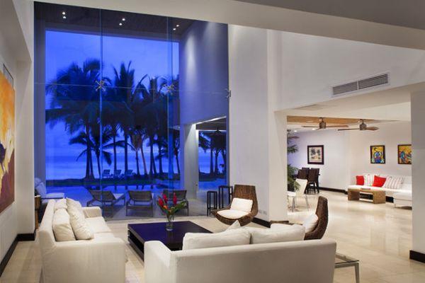 Ergreifende Wohnzimmer Ausblick weißes Sofa Fenstern