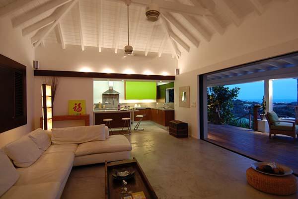 Ergreifende durchgehende Wohnzimmer Ausblick weißes Sofa Küche