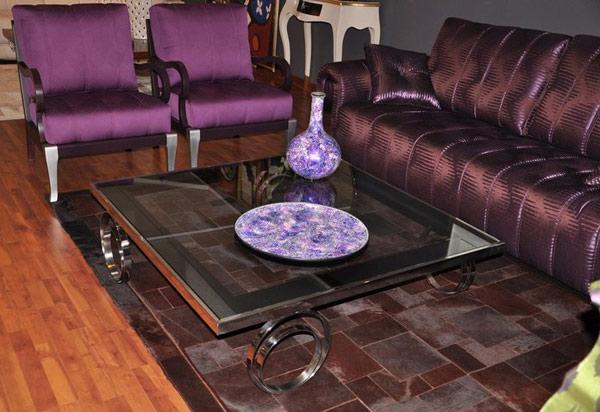Lilafarbiges Wohnzimmer eindrucksvollem Design Kaffeetisch Sofa
