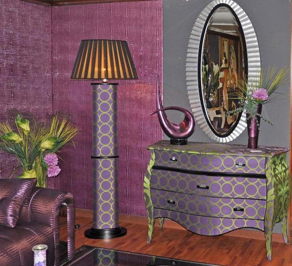 Lilafarbiges Wohnzimmer eindrucksvollem Design Sofa Lampe Spiegel
