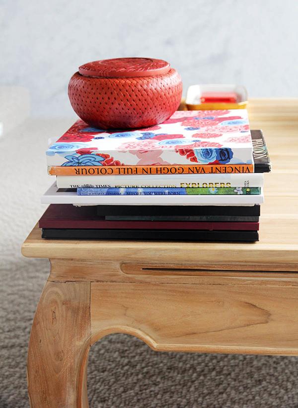 Moderne warme Villa Bücher Tisch