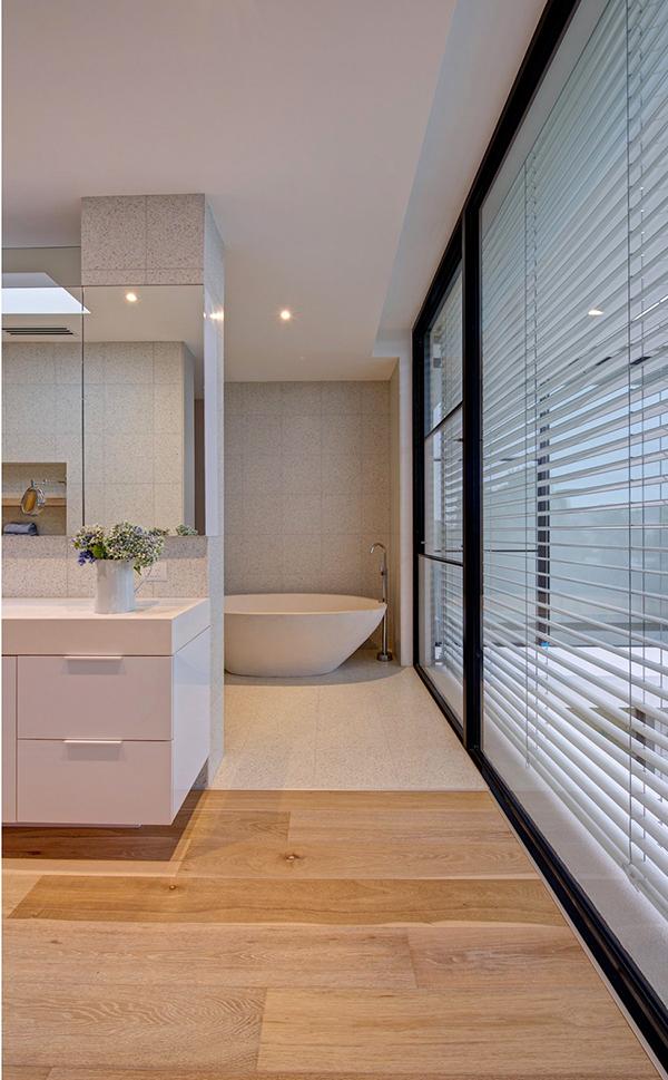 Moderne warme Villa Innenausstattung Badewanne Waschbecken