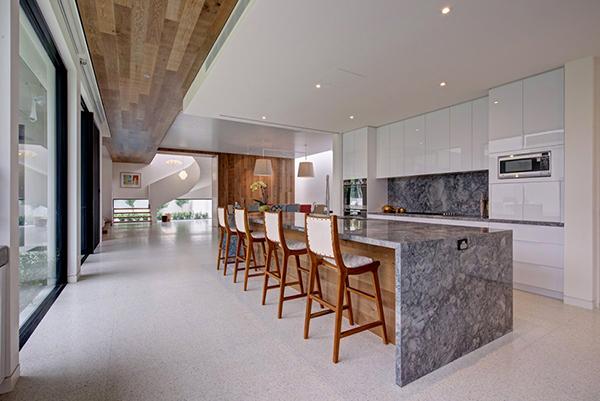 Moderne warme Villa Innenausstattung Küchendesign Hocker