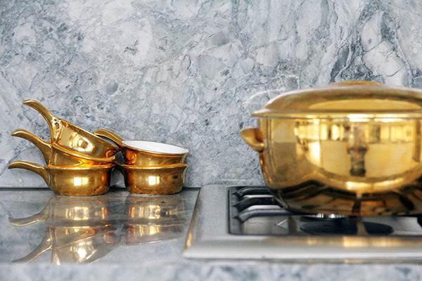 Moderne warme Villa Innenausstattung Topfe Küche