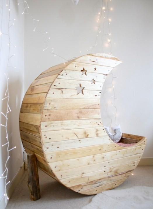 originelle krippen geformt wie ein mond von jocelyn costis. Black Bedroom Furniture Sets. Home Design Ideas