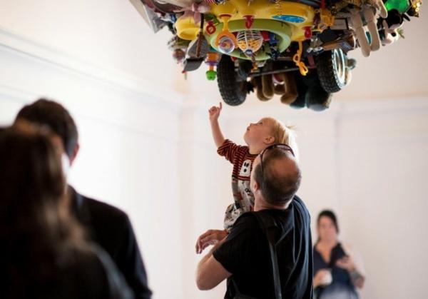 moderne kunst gallerie kunder spielzeuge alt abfall