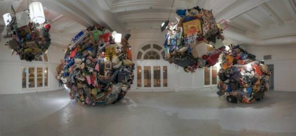 modern kunst gallerie skulptur hängend beweglich