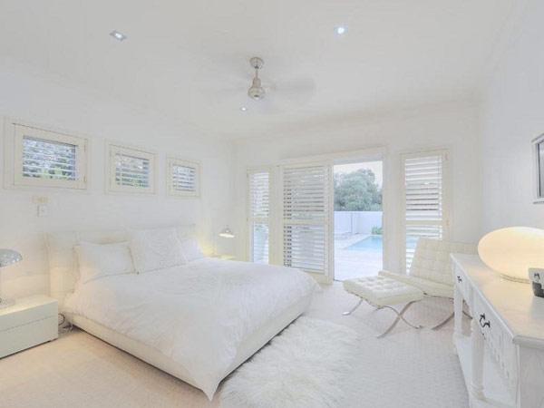 schlafzimmer dachschraege weisse wandfarbe boxspingbett grau hause deko - Weie Schlafzimmer