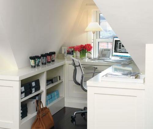 Praktisches Büro im Dachgeschoss weiß fenster rot blumen glanzvolle oberfläche