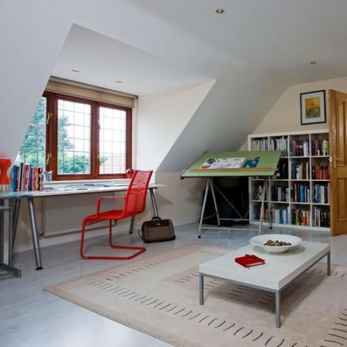 büro im dachgescoss weiß fenster rot metallisch stuhl