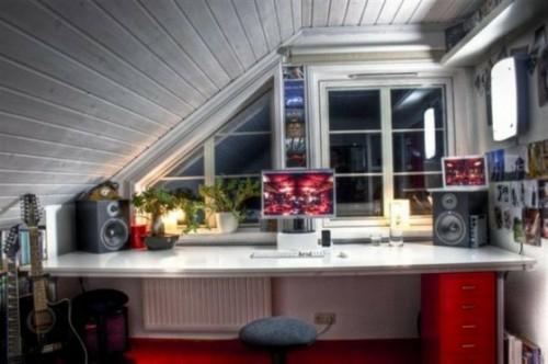 Praktisches Büro im Dachgeschoss weiß modern bequem interessant praktisch