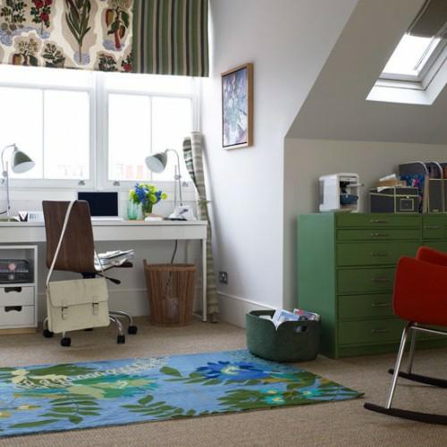 Praktisches Büro im Dachgeschoss weiß modern blumenmuster teppich