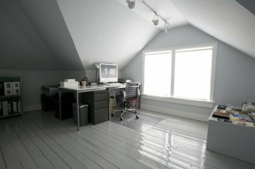 Praktisches Büro im Dachgeschoss weiß modern schreibtisch