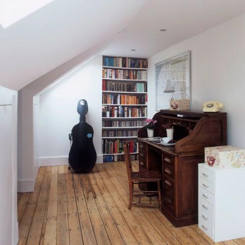 Praktisches Büro im Dachgeschoss weiß wandregale bücher wände holz