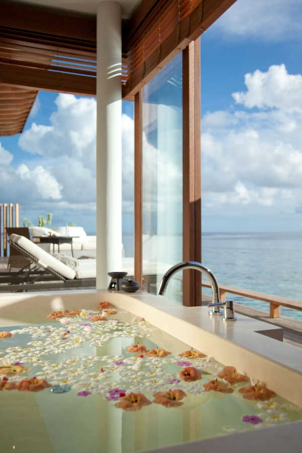 badewanne blumen prachtvoll meerblick