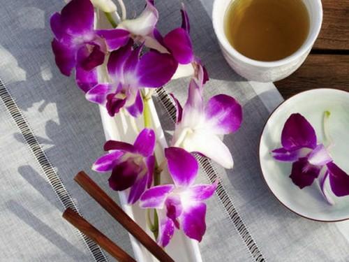 blumenarrangement tisch lila blüten