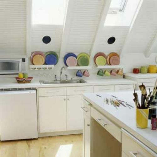 dachgeschoss küche weiß bunt elemente fenster