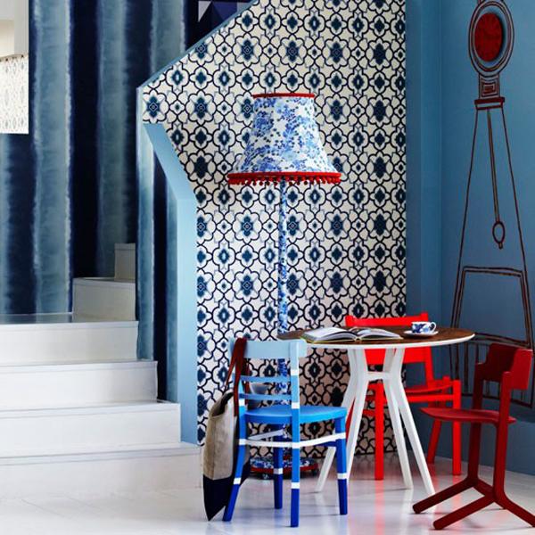 dreifarbige einrichtung rot weiß blau treppenhaus seitentisch stehlampe