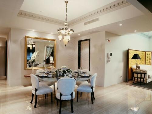 Einrichtung Esszimmer Oriental Kronleuchter Stühle Weiß Quadrat Spiegel
