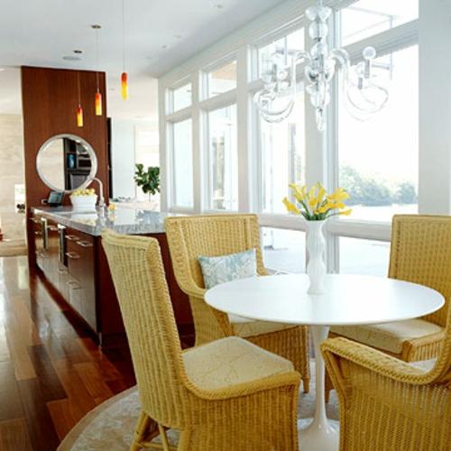 essbereich küche kombiniert offen weiß tisch rund