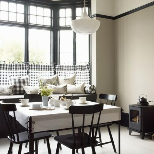 Esszimmer Interieur Schwarz Weiß Deko Kissen Stühle