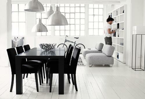 Esszimmer Interieur Schwarz Weiß Tisch Stühle Hocker Regale