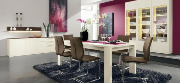 esszimmer mit lila dekoration