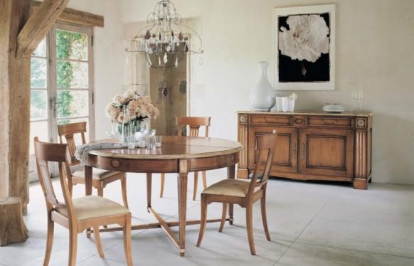 Elegante Ausstattung im Esszimmer mit rustikalen Möbeln