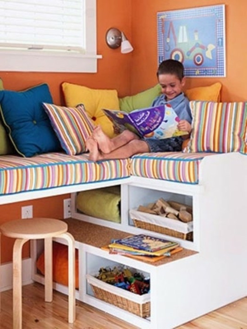 verwandeln sie den fensterplatz im kinderzimmer in bequeme sitzecke. Black Bedroom Furniture Sets. Home Design Ideas