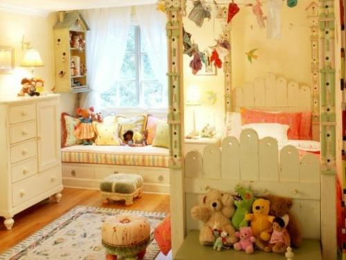 fensterplatz im kinderzimmer sonnenlicht