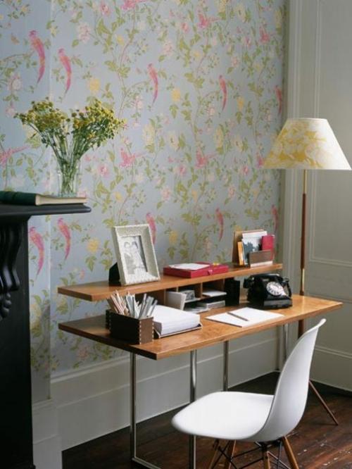 frühjahr einrichtung schreibtisch stuhl tapete blumenmuster pastellfarben