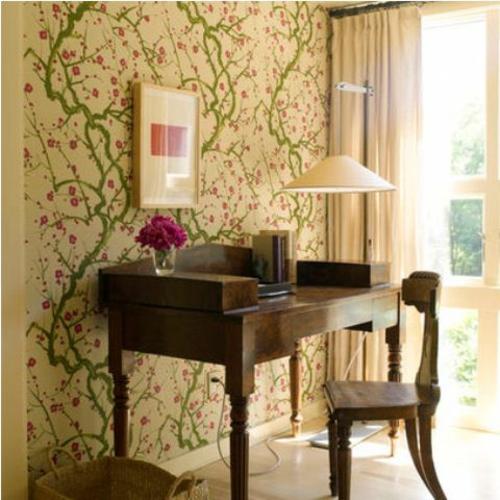 frühjahr einrichtung schreibtisch stuhl tapete blumenmuster rosa vase