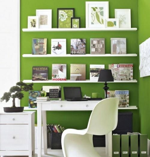 frühling deko pflanze schreibtisch bücher stuhl magazinen grün