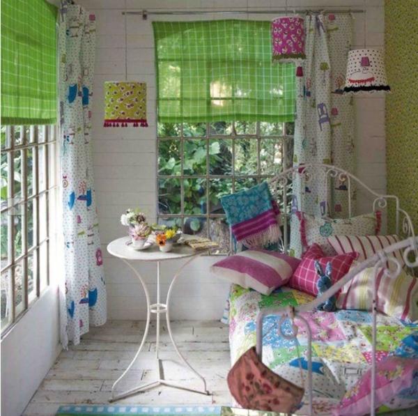 frühling schlafzimmer bunte kissen gardinen