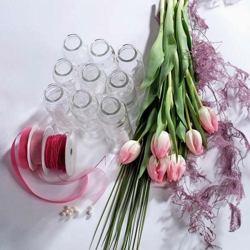 frühlingsdekoration mit rosa tulpen materialien