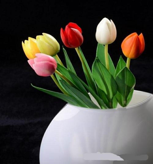 frühlingsdekoration mit tulpen farbenfroh weiß vase